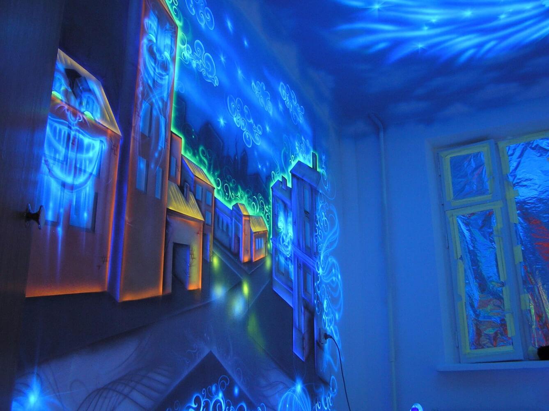 светящиеся рисунки на стене фото этой комнаты выбрали