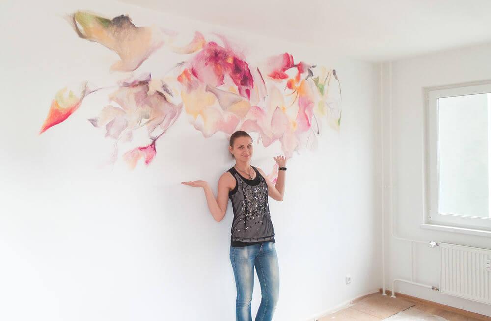Абстрактная роспись стен в детской для девочки